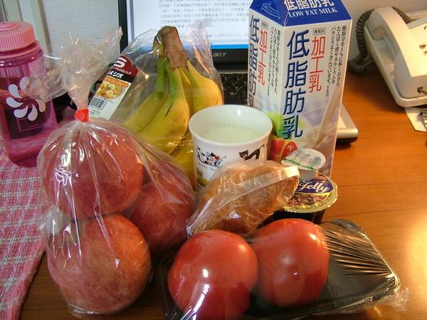 老成員報到,蘋果、香蕉、牛奶、咖啡凍,新成員是蕃茄