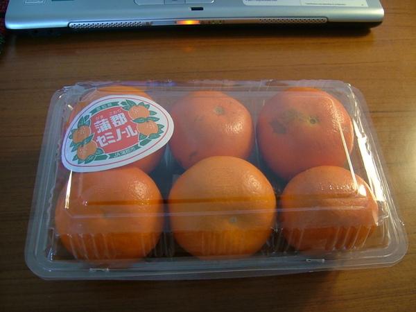06/05/06橘子看起來超好吃,忍不住就買了(很貴的說)