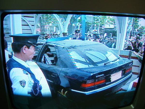 日本居然也會發生車子開到地鐵出入口內的怪事