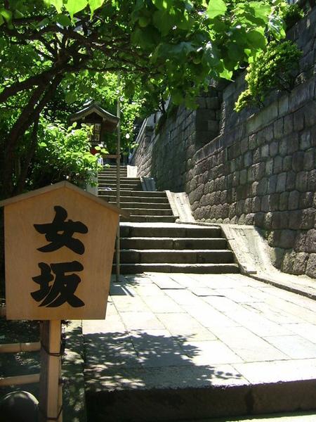 06/05/20登往湯島神社的斜坡,「女坂」是坡度緩和的一邊