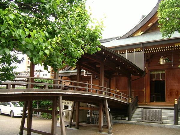 神社跟旁邊建築物間相連的木橋