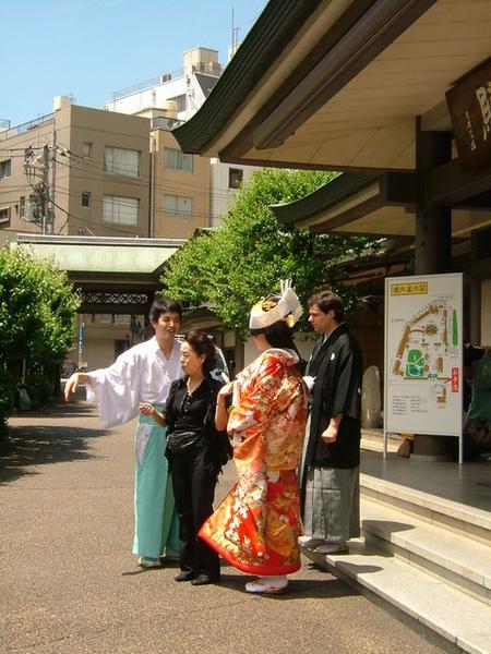 哇~日本新娘加ㄚ兜仔老公,難怪剛剛一堆外國人出現