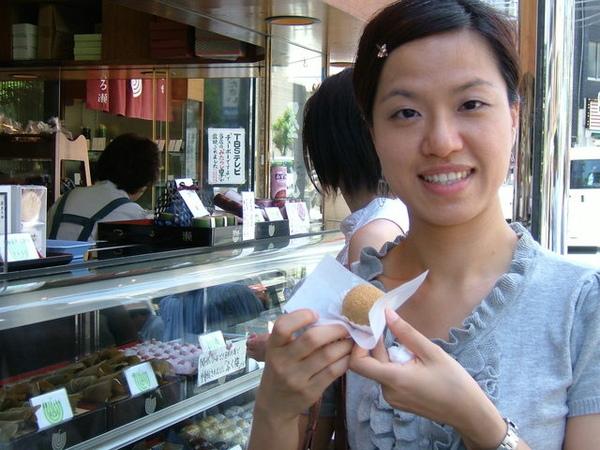 走走突然發現電視上常介紹的菓子店,買了紅豆麻糬