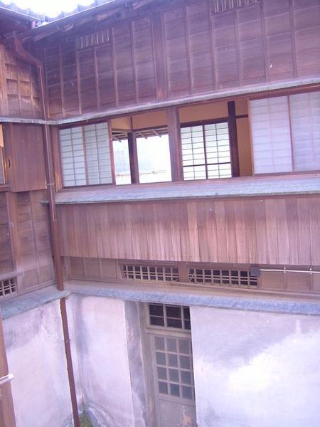 主棟洋屋相連到和室的走道