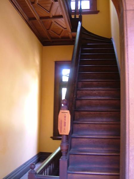 通往樓上的木造樓梯,好美喔~看到沒,圖案又出現囉