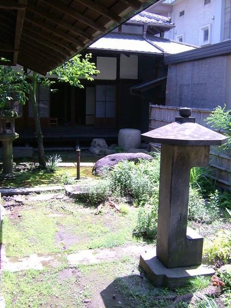 穿過剛剛照片裡的通道,就會看到這小小的日式庭園景觀