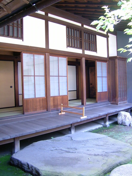由走道窗戶望向茶室間的景觀