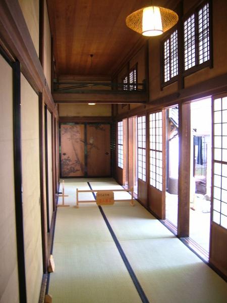 茶室間的走道,拉門上的圖畫很美