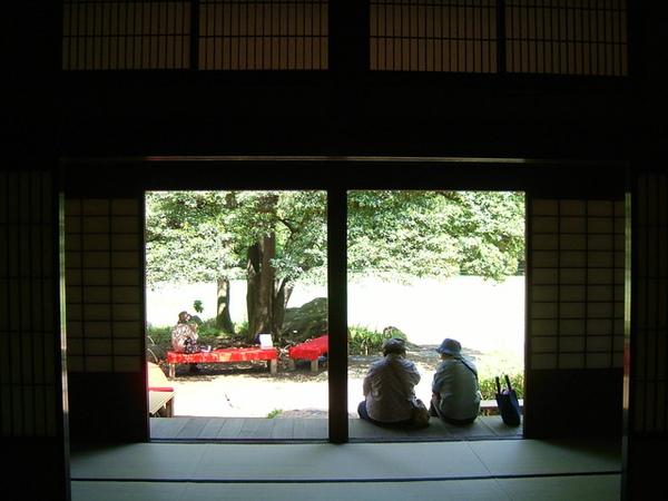 大家可以在這裡點茶配點心,然後在外面的庭院享用