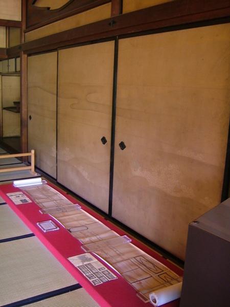 紙拉門、木桿、縷空木造型框等,隨處都可見到「三菱」圖案