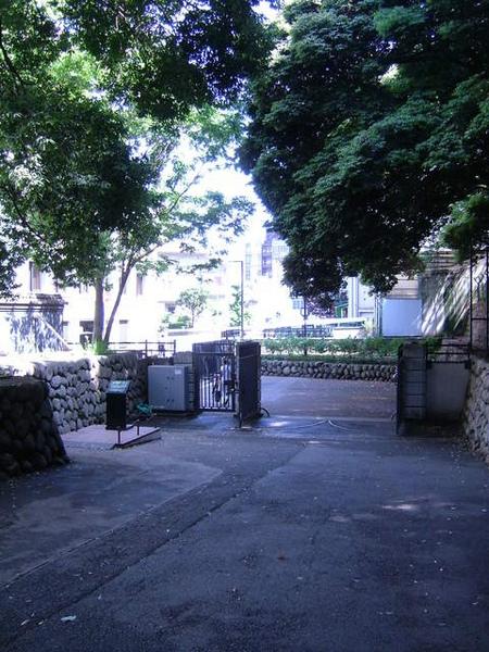 小小走個幾秒才能看到鐵門的有錢人家的沒道理後門