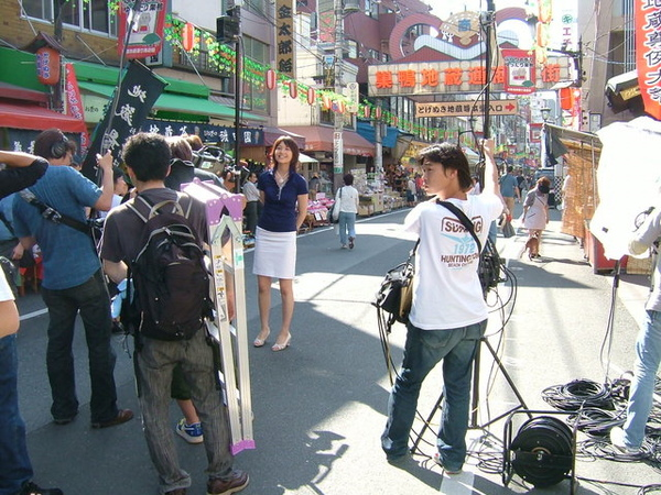 突然看到電視台在取景,中間那位藍衣白裙的女主播超可愛的!