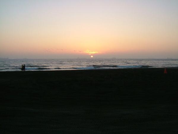 夕陽西沉(請注意接下來出現在鏡頭裡的各路人馬)