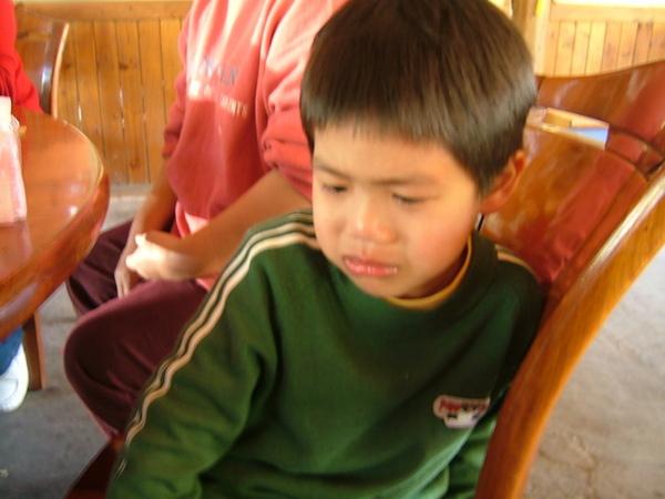 連小弟吃飯吃到在哭,可愛又好笑