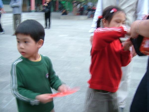 妹妹跟弟弟剛剛在廣場上卯起來表演,加領紅包