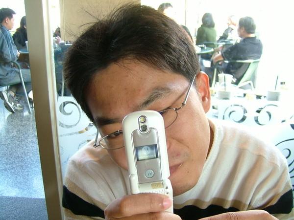 小蔥用手機偷拍我,就用像機給他拍回去