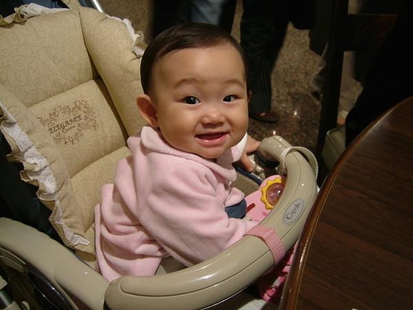 餐廳吃飯時恩恩也對每個走過的服務員露出笑容,大家都好喜歡她喔