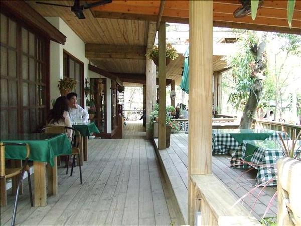 餐廳棚下的和式座位