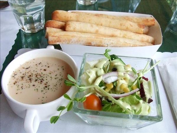 前菜沙拉、現烤麵包條、濃湯