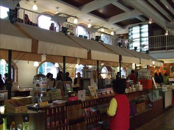 大湖酒莊原來長這樣…跟剛剛的想像不一樣,還以為是歐洲的酒莊