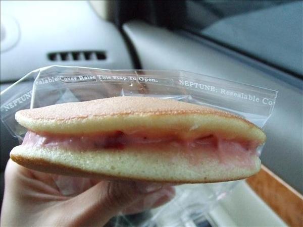 來試試草莓泡芙,草莓夾心吃得到草莓顆粒喔