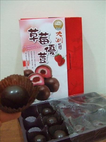 看看巧克力外皮+草莓口味麻糬+棉花糖+草莓醬夾心的新鮮玩意