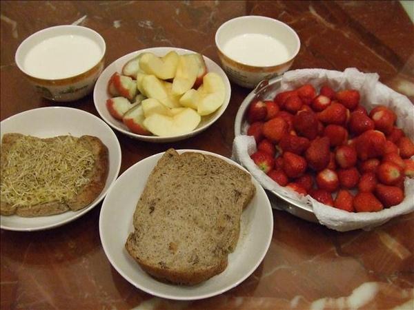 晚上回家立刻洗一盤新鮮草莓,家上優酪乳、水果、全麥五穀三明治