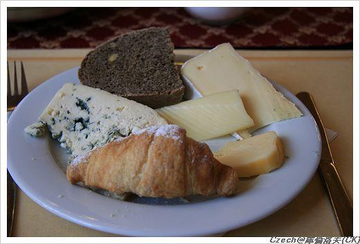特地切了各個種類的起士片,配麵包