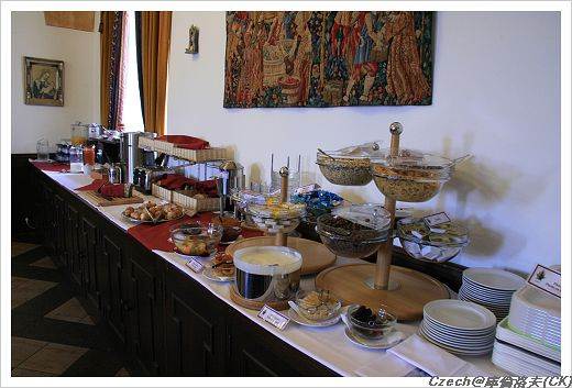 擺滿整個台子的早餐
