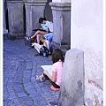 很多小朋友在路邊寫生