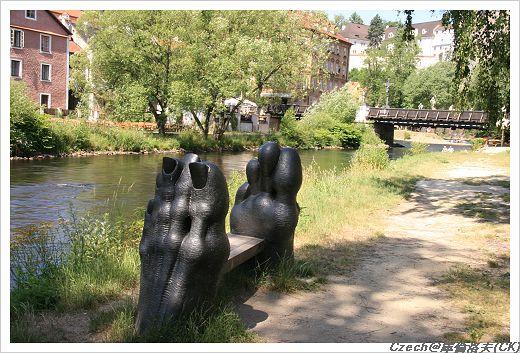 很有個性的河邊裝飾品