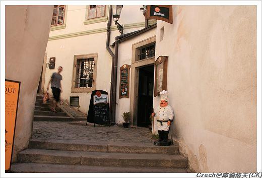 從小巷道走上城堡區