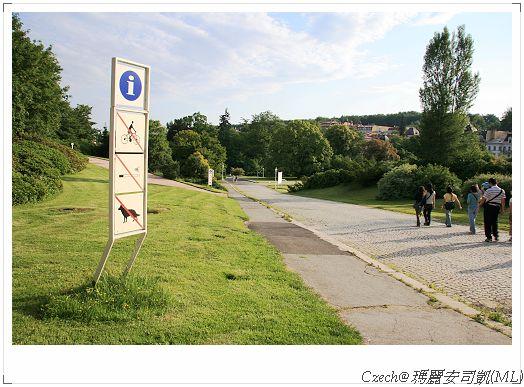 走過長長的坡道才會到達溫泉廣場