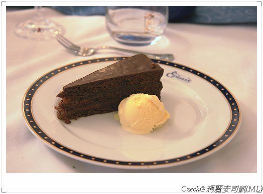 更酷的是有我愛的巧克力蛋糕跟香草冰淇淋