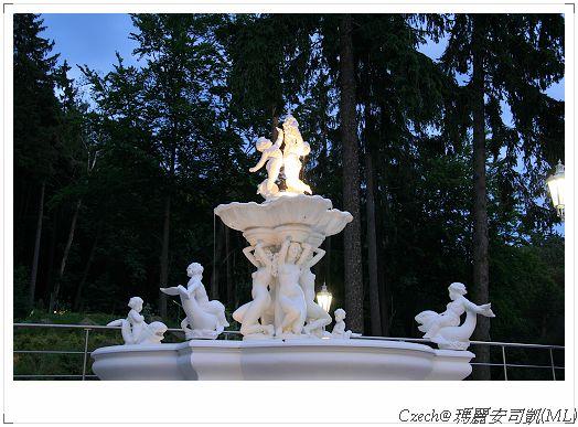 夜晚的小天使噴水池