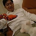 """06/02/04 ㄚ兜不太喜歡突然出現的奇怪""""蛇玩具""""!"""