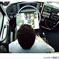 司機PAUL利用等大家的空檔,在車上狂看重機雜誌