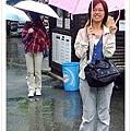在滂沱大雨中來到KV城外的接駁公車站