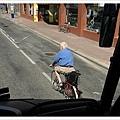 阿伯很厲害的騎著腳踏車