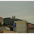 遠處立刻出現我們遇見的第一座城堡,喔喔~捷克,我們來啦!