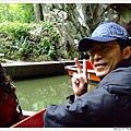坐著小船出洞穴,很有趣也很棒的體驗,裡面真的很冷