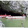 觀光客乘坐的洞穴內參觀小船及船夫