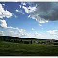 天空湛藍到一個不像話,雲是雲、山是山、草原是草原,美吧
