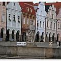 廣場一定要有的噴水池和聖人像