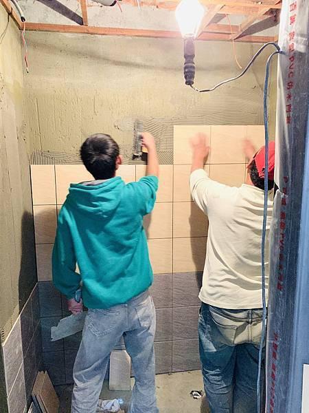 共用浴室-牆面貼磁磚