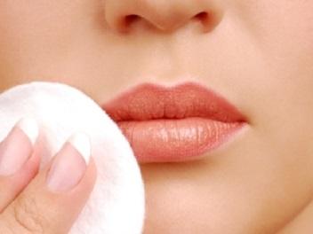 擦化學唇膏 恐過敏紅腫