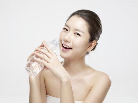研究:3餐飯前一杯水 可有效減重