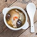 雞湯裡的洋蔥及大蒜可抵抗細菌感染、清理呼吸道及消化道。.jpg