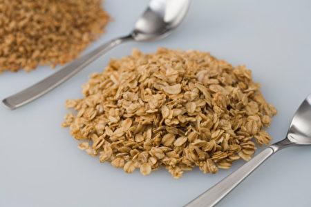燕麥含大量可溶性纖維及蛋白質,促進喉嚨恢復。.jpg