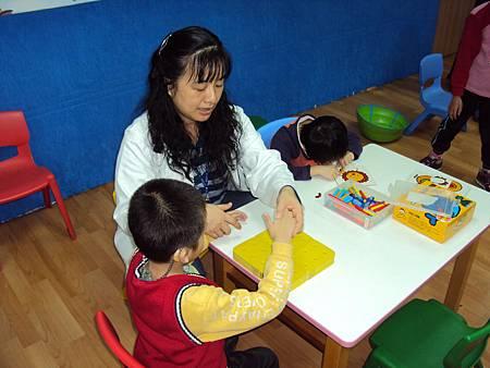 語言治療師訓練無口語的聽障小朋友之溝通